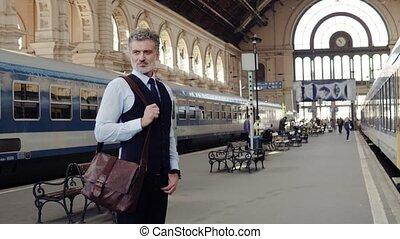 зрелый, бизнесмен, на, поезд, station.
