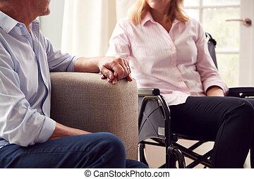 зрелый, главная, гостиная, держа, инвалидная коляска, вверх, руки, вместе, женщина, пара, закрыть, сидящий