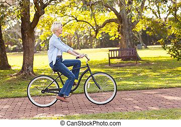 зрелый, женщина, верховая езда, байк, в, , парк