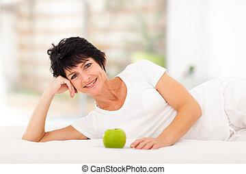 зрелый, женщина, лежащий, на, постель
