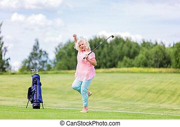 зрелый, женщина, прыжки, with, успех, на, , гольф, course.