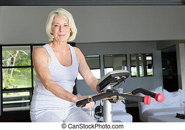 зрелый, женщина, с помощью, упражнение, велосипед, в,...