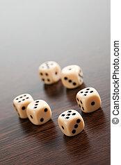 игральная кость, на, деревянный, таблица