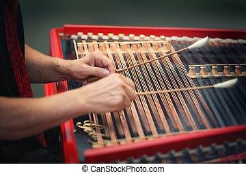 играть, cimbalom