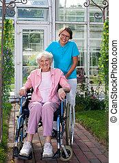 инвалидная коляска, леди, улыбается, пожилой, счастливый