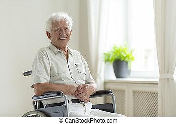 инвалидная коляска, отключен, в одиночестве, главная, улыбается, старшая, человек