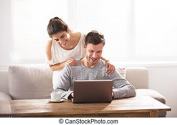 ищу, улыбается, пара, портативный компьютер