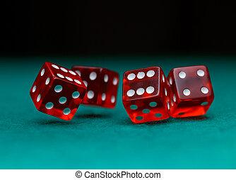 картина, of, несколько, красный, игральная кость, falling, на, зеленый, таблица, на, черный, задний план
