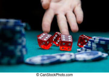 картина, of, человек, бросание, игральная кость, на, таблица, with, чипсы, в, казино