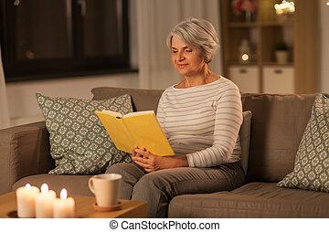 книга, главная, вечер, старшая, счастливый, чтение, женщина