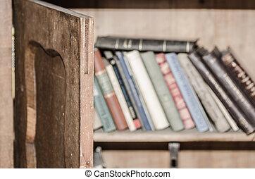 книжная полка, дверь