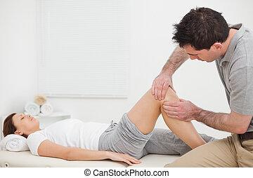 колено, brown-haired, женщина, massaging, человек
