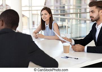 коллега, сидящий, сотрудников, заинтересованный, брифинг, слушать