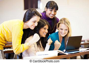 колледж, students, cheering, игра, на, портативный компьютер
