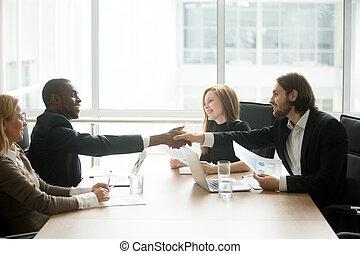 команда, suits, должностное лицо, многорасовый, о, handshaking, businessmen