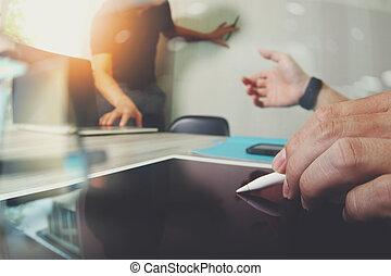 концепция, web, colleagues, designer, таблетка, деревянный, discussing, экран, пустой, два, телефон, компьютер, цифровой, стол письменный, данные, портативный компьютер, умная