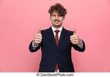 костюм, изготовление, вверх, thumbs, молодой, бизнесмен, счастливый, жест