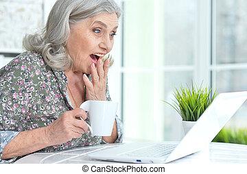 красивая, главная, женщина, портативный компьютер, старшая, с помощью