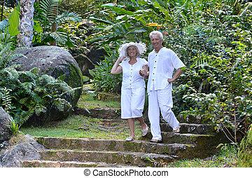 красивая, гулять пешком, пара, пожилой, на открытом воздухе, счастливый