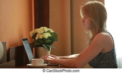 красивая, женщина, за работой, сидящий, портативный компьютер, house., таблица