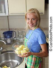 красивая, женщина, cleans, кухня, картошка