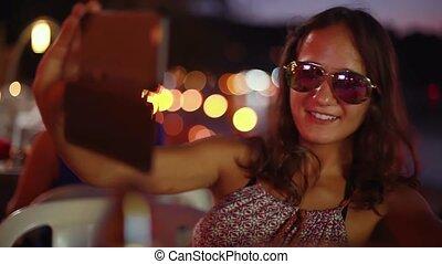 красивая, смартфон, брюнетка, солнечные очки, с помощью, фото, selfie, faces, молодой, вверх, lights, bokeh, женщина, posing, cafe., закрыть, портрет, пляж, принятие, 1920x1080, изготовление