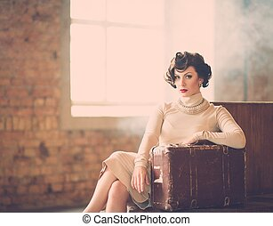 красивая, стиль, женщина, марочный, молодой, поезд, чемодан...