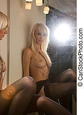 красивая, с обнаженной грудью, женщина, в, miror, отражение