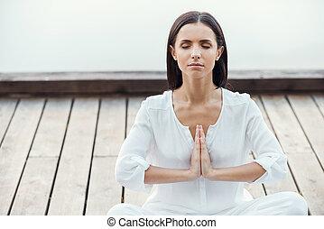 красивая, хранение, женщина, сидящий, лотос, на открытом воздухе, meditating, молодой, herself., в то время как, руки, должность, белый, баланс, одежда, clasped
