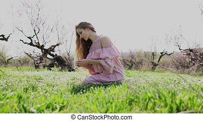 красивая, gathers, wildflowers, сад, девушка