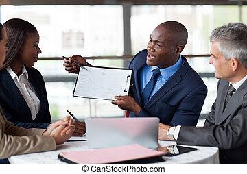 красивый, молодой, африканец, американская, бизнесмен, presenting, figures, в, встреча, with, команда