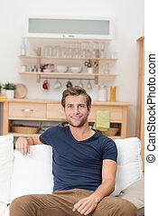 красивый, молодой, человек, сидящий, на, , диван