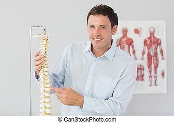 красивый, улыбается, врач, pointing, в, скелет, модель