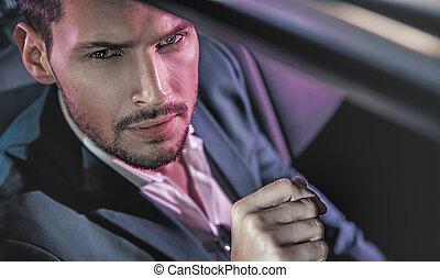 красивый, человек, posing, в, , лимузин