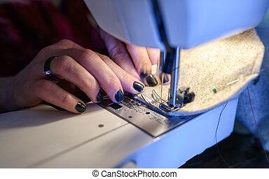 крупный план, женщина, ткань, шитье, машина, руки