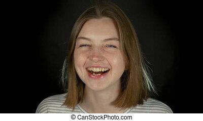 крупный план, молодой, кавказец, черный, long-haired, портрет, студия, девушка, улыбается