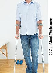 крупный план, середине, раздел, of, , молодой, человек, with, crutches