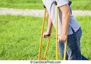 крупным планом, of, нога, на, повязка, with, crutches