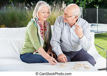 крыльцо, пара, домино, старшая, playing, счастливый