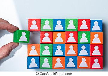 кубический, рука, businessperson's, зеленый, держа, блок