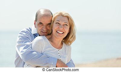 лето, гулять пешком, пляж, пара, пожилой