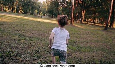 лето, немного, медленный, солнечно, далеко, парк, runs, назад, веселая, камера, посмотреть, девушка, day., мо