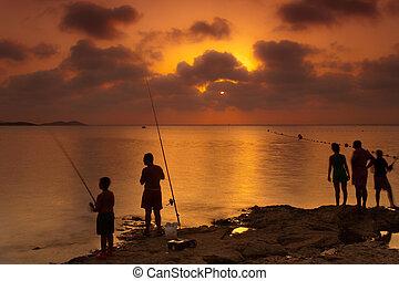 ловит рыбу, семья