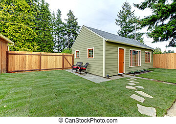 маленький, зеленый, гость, houe, в, , fenced, назад, yard.