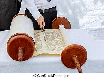 мальчик, бар, mitzvah, иудейский, тора, рука, чтение