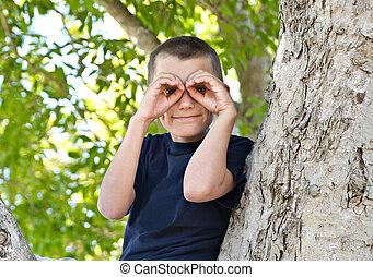 мальчик, в, , дерево
