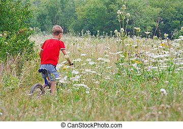 мальчик, гулять пешком, велосипед, на открытом воздухе
