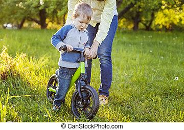 мальчик, learning, к, поездка, his, первый, велосипед