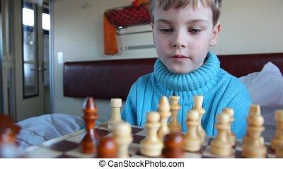 мальчик, playing, шахматы, на, поезд