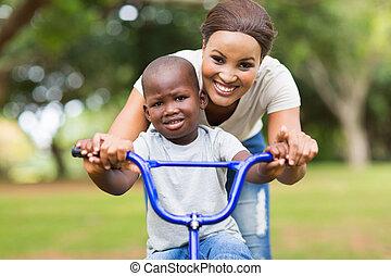 мама, помощь, ее, сын, поездка, , велосипед